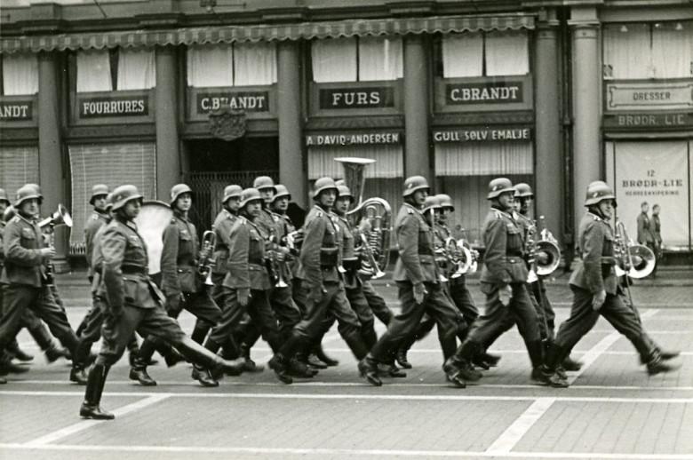 Tyske soldater marsjerer på Torgallmenningen i 1940.<br />Fotograf: Ukjent.<br />Arkivet etter Bergen Brannvesen, Bergen Byarkiv.