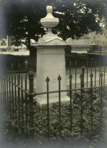 Gravstein ved den nå nedlagte Mariakirkens kirkegård. Udatert foto.