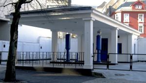 Bensinstasjonsmuseum, innviet i 2005, ligger i Lars Hillesgate 27, der Norsk Brændselolje A/S åpnet sin første MIL-bensinstasjon i Bergen sentrum i 1928. I drift frem til 1998. Fotograf: Norvall Skreien.