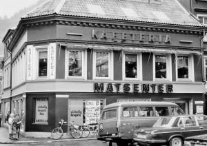 Mekka kafeteria i Vestre Skostredet 2, fotografert rundt 1980. Fotograf: Ukjent. Arkivet etter Morgenavisen A/S, Bergen Byarkiv.