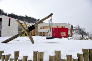 Sædalen skole skulle opprinnelig hete Storlia skole. Skolen åpnet i 2010, og andre byggetrinn var fullført i 2012.