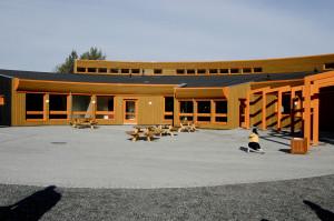 Apeltun skole ble tatt i bruk i 2003. Andre byggetrinn sto ferdig høsten 2008. Skolen er tegnet av arkitekt Børje Sundt Laastad. Fotograf: Endre Hovland. Seksjon informasjon, bergen kommune.