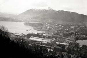 Jernbanestasjonen i Bergen ble innviet i 1913. Den ble bygd øst for kanalen mellom Lille og Store Lungegårdsvann. Foto fra omkring 1915.