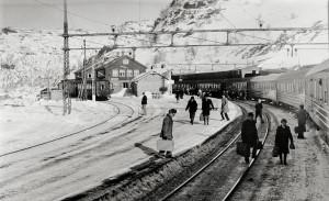 Myrdal stasjon på Bergensbanen, Aurland kommune, 867 meter over havet. Fotograf: Ukjent. Arkivet etter Morgenavisen A/S, Bergen Byarkiv.