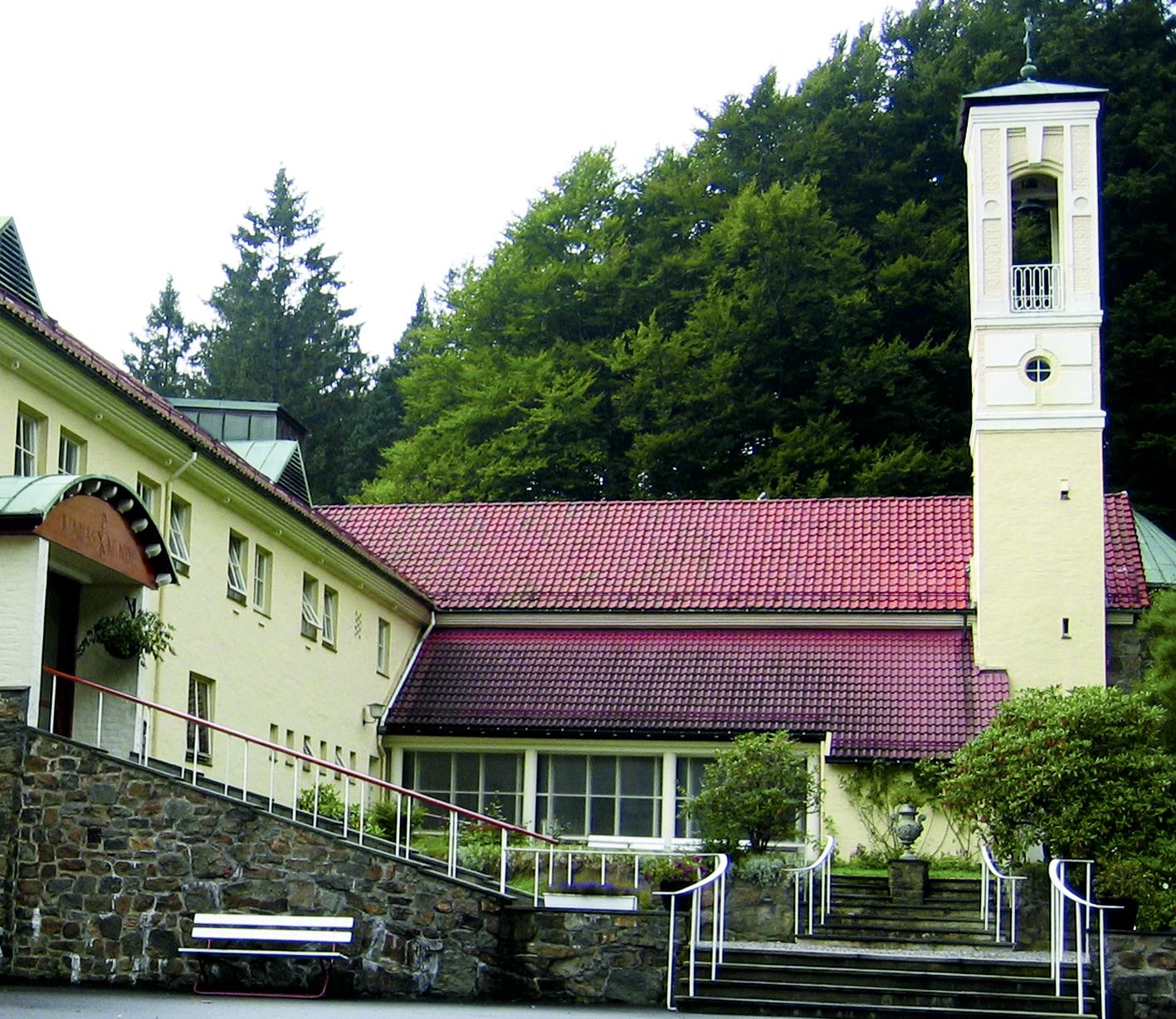 Vår Frue kirke på Marias Minde i Sandviken, St. Franciskus-søstrenes hjem, er tegnet av Fredrik Konow Lund i italiensk stil med høy campanile.