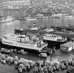 Båter med HSD-merket (Hardanger Sunnhordlandske Dampskipsselskap) på skorsteinen dominerte havnebildet ved Holbergskaien og Munkebryggen i 1950- og 1960-årene, da det meste av både passasjer- og godstrafikk til og fra distriktene rundt Bergen ble fraktet sjøveien.