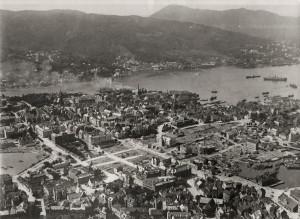 Branner har i stor grad endre sentrale deler av Bergen. Bybrannen i 1916 la store deler av Bergen sentrum i ruiner. Fotograf: Ukjent. Arkivet etter Reguleringsvesnet, Bergen Byarkiv.