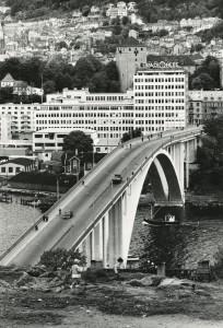 Puddefjordsbroen over Damsgårdssundet åpnet i 1956. Den erstattet Laksevågfergen. Broen ble utvidet i 1999 og fikk seks felter.