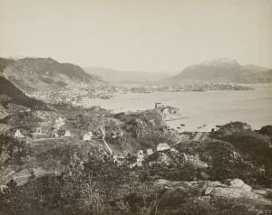 Byfjellene består i hovedsak av gneis. Fløyfjellet, Ulriken, Landåsfjellet og Løvstakken fotografert fra Sandviken.