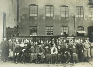 Arbeidere ved Trengereid Fabrikker i Solheimsviken. Foto fra rundt 1920. Fotograf: Ukjent Arkivet etter Trengereid Fabrikker AS, Bergen Byarkiv.
