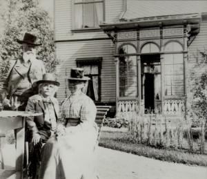 Nina og Edvard Grieg fotografert i hagen på Troldhaugen sammen med lepraforskeren Armauer Hansen.