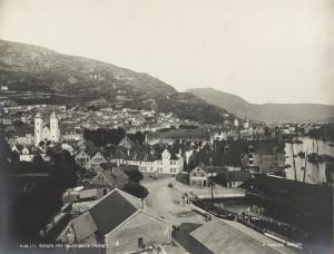 Bryggen og Stranden ble utbygd i løpet av middelalderen. Flere ganger brent ned, og gjenreist.