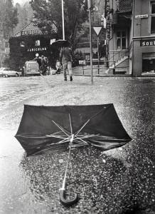 Regn og vind er en vanlig kombinasjon i Bergen. Noe denne paraplyen bærer preg av. Fotograf: Ukjent. Arkivet etter Morgenavisen A/S, Bergen Byarkiv.