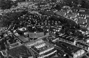 Fridalen, med Fridalen skole sentralt i bildet, fotografert på 1950 tallet. Fotograf: Ukjent. Arkivet etter Formannskapet, Bergen Byarkiv.