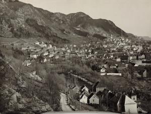 Sandviken rundt 1930. Til venstre ser en nødsboliger for husville, brakker som ble reist etter brannen i 1916. Fotograf: Ukjent. Arkivet etter Reguleringsvesenet, Bergen kommune.