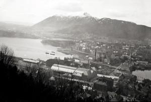 Jernbanestasjonen i Bergen ble innviet i 1913. Den ble bygd øst for kanalen mellom Lille og Store Lungegårdsvann. Foto fra omkring 1915. Fotograf: Ukjent. Arkivet etter Stadsingeniøren, Bergen Byarkiv. Bergen Byarkiv.
