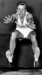 I Johan Christian Evandt hadde Bergen en idrettsutøver i verdensklasse. Her setter han ny verdensrekord i lengde uten tilløp med 3,52 m. under et stevne i Vikinghallen i Bergen i 1957. Fotograf: Norvall Skreien.