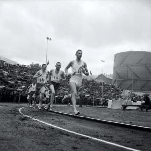 Fra NM i friidrett på Krohnsminde i august 1961. Fotograf: Ukjent. Arkivet etter Bergens Arbeiderblad/Bergensavisen, Bergen Byarkiv.