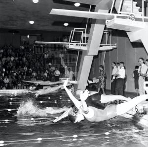 Skolemesterskapet i svømming -1965 ble avholdt i Sentralbadet oktober samme år. Fotograf: Ukjent. Arkivet etter Bergens Arbeiderblad/Bergensavisen, Bergen Byarkiv.