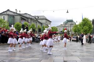 Vibeke Vik Nordang. Festspillåpningen i 2010, på Kong Olav Vs plass. Til høyre HM Dronning Sonja og HM Kong Harald. Fotograf: Vibeke Vik Nordang. Seksjon informasjon, Bergen kommune.