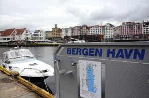 Vågen i 2014, med informasjonstavle for Bergen havn. Fotograf: Katarina Lunde. Seksjon informasjon, Bergen kommune, 2014.