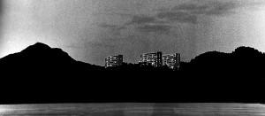 Fyllingsdalen. Villmark blir drabantby. Som et Fata Morgana lyser de tre første boligblokkene opp på Hesjaholtet i Fyllingsdalen. Forvandlingen fra bondesamfunn og landlig natur er begynt. Fotograf: Norvall Skreien.