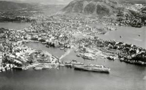 Udatert flyfoto av Bergen havn fra rundt 1950. Fotograf: ukjent. Arkivet etter Havneingeniøren, Bergen Byarkiv.