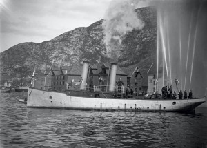 Bergen brannvesen tester sjøsprøyte nær sjøbodene i Sandviken. Foto fra rundt 1900.