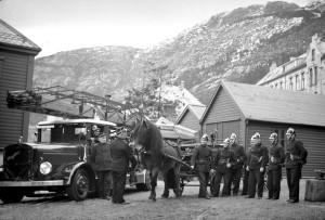 Mannskap ved Sandviken brannstasjon sammen med en av de siste hestene i Bergen brannvesen. Foto fra midten av 1930-tallet. Fotograf: Ukjent. Arkivet etter Brannvesenet (1863-1971), Bergen Byarkiv.