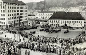 Nordnæs Bataillon markerte 100 års dagen 3 mai 1958 på Tollbodallmenningen. Fotograf: Ukjent.<br />Arkivet etter Reguleringsvesenet, Bergen Byarkiv.