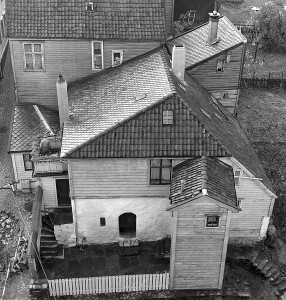 Holbergkjelleren. Byens eneste gjenværende fysiske minne etter Ludvig Holberg. Murrestene etter huset der han ble født, ble til tross for sterke protester jevnet med jorden i 1985. Fotograf: Norvall Skreien.