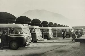 Busser på buss-stasjonen, 1950-tallet. Fotograf: Ukjent. Arkivet etter Reguleringsvesenet, Bergen Byarkiv.