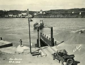 Fra Salhus 27 mai 1928. En bil venter på karmafergen som gikk i rute. Fotograf: G. E. Bonde. Arkivet etter Reguleringsvesenet, Bergen Byarkiv.