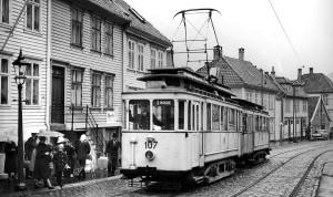 Norvall Skreien. Bergen Sporvei. Selskapet ble opprettet i 1917. Fra 1928 ble det også drevet busstrafikk, fra 1950 også med trolleybusser. Den siste trikken på linje 1 til Minde gikk nyttårsaften 1965. Fotograf: Norvall Skreien.