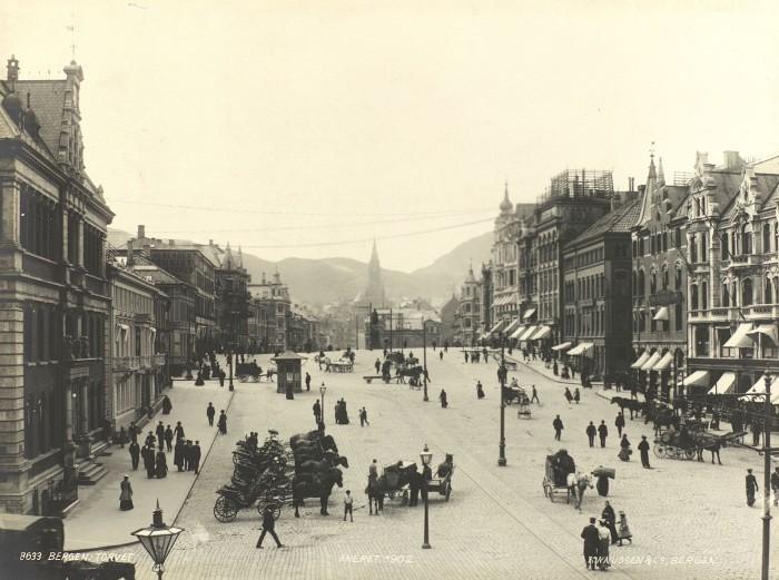 """Album med """"Bergensbilder"""" fra slutten av 1850 tallet til rundt 1910."""