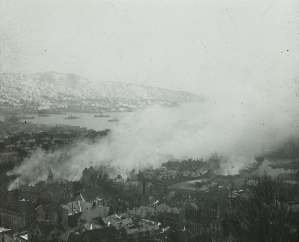 Det ryker fra ruinene i brannområdet, trolig om formiddagen 16. januar 1916. Arkivet etter Bergen brannvesen, BBA-1181. Fotograf ukjent.