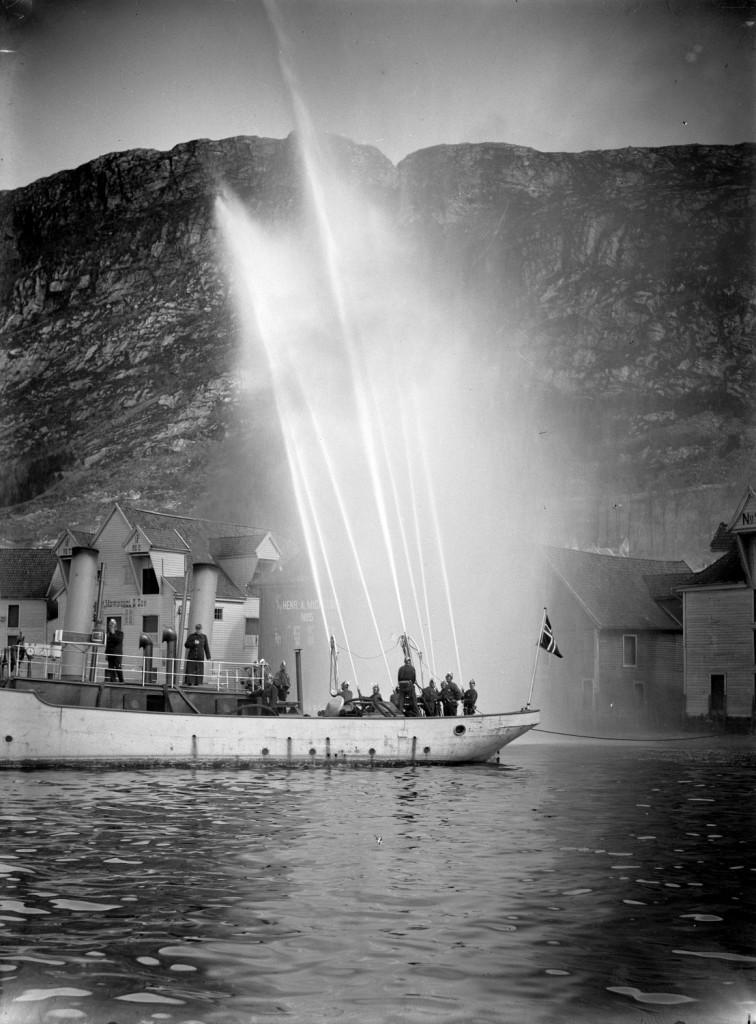 En av brannvesenets sjødampsprøyter. Arkivet etter Bergen brannvesen, A-1181.