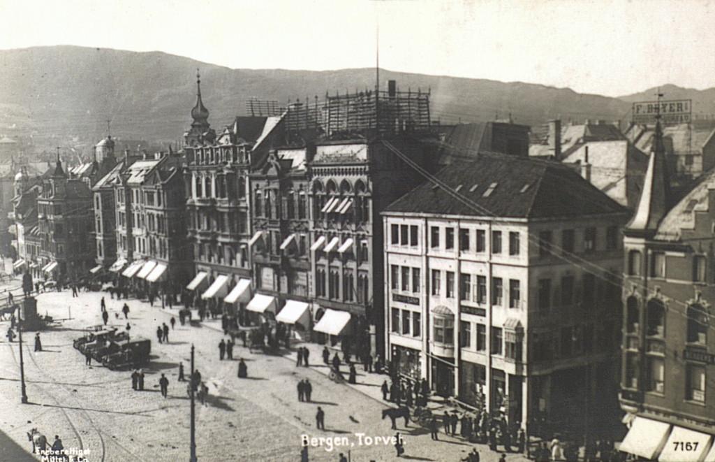 Torgallmenningen før brannen. Arkivet etter Reguleringsvesenet, BBA-0967. Fotograf Mittet, 1910-1915.