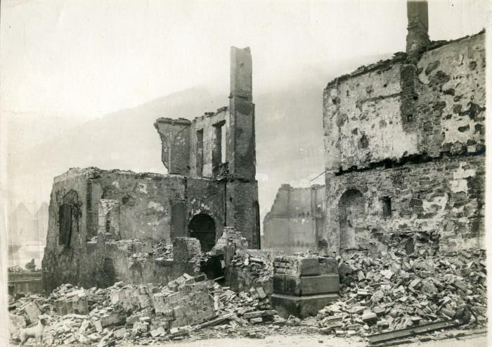 Hjørnet mellom Strandgaten og Smørsallmenning etter brannen. Arkivet etter Reguleringsvesenet, BBA-0967. Fotograf ukjent, januar 1916.