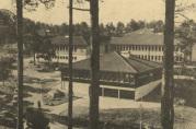 Lyshovden skole ved 10-årsjubileet i 1979.  Ukjent fotograf.