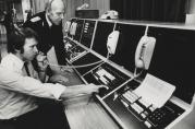 Brannformann Asbjørn Follnes og avdelingsingeniør Asbjørn Arnesen ved den nye brannvarslingssentralen ved Sandviken stasjon, 1981. Foto: Trygve Hillestad, Bergens Arbeiderblad