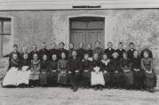 Avgangsklasse på Kirkevoll ca. år 1900, med lærer Eiliv Kaland fremst i midten. Ukjent fotograf.