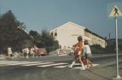 Elever patruljerer utenfor skolen på slutten av 1960-tallet. Ukjent fotograf.