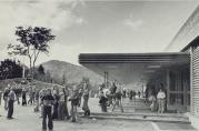 Nybygget fra 1972 ble plassert slik at skoleplassen ble skjermet for vind mot nord, mens den i tillegg var åpen med utsyn mot vest. Foto: Jan Alfred Løtvedt