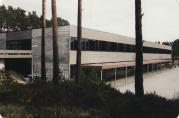 Skolens fasade fram til oppussingen i 2009. Ukjent fotograf.