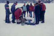 På leirskole i Hålandsdalen, isfiske, i februar 1975. Ukjent fotograf. Fra arkivet til Tveiterås skole.