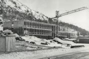 Foto av skolen under bygging. Fotograf ukjent. Årstall ca. 1970. Hentet fra skolens arkiv.