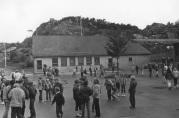 Skolen fikk sitt første tilbygg alt i 1963. Ukjent fotograf og årstall, men trolig tidlig 1980-tall. Arkivet etter Mathopen skole.