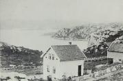 Skolehuset i Vassenden. Fotograf ukjent. Årstall ukjent, men bildet er tatt før utbyggingen på 1920-tallet. Fra arkivet etter Vassenden skole.