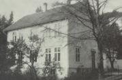 Haus Sparebanks gamle lokaler i Ytre Arna hvor banken holdt til i perioden 1893 - 1957. Foto hentet fra jubileumsboken Haus Sparebank 1866 - 1966 av Leif Mjeldheim.